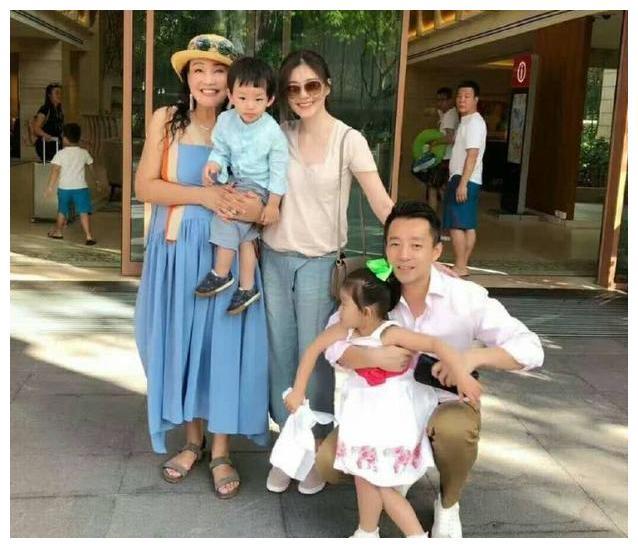 5岁汪希箖穿白色卫衣脚踩蓝鞋,阳光又帅气