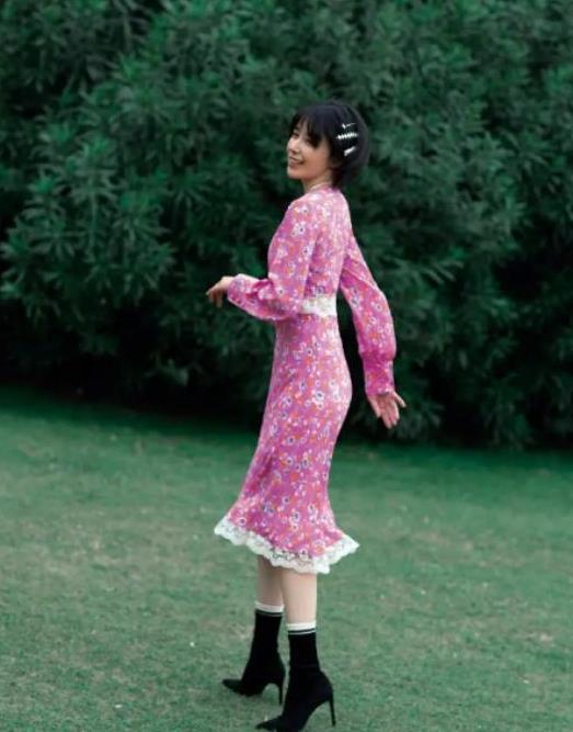 阚清子在绿地上凹造型,穿粉色碎花裙配珍珠项链,气质复古又优雅