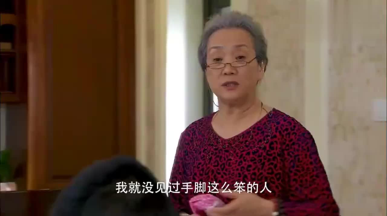 美女做了美味的茄盒,婆婆吃过赞不绝口,奶奶:没见过那么笨的
