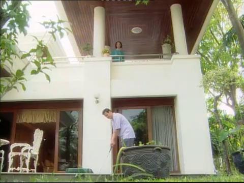 妻子想谋害丈夫,不料从楼上丢花盆下来,最毒妇人心