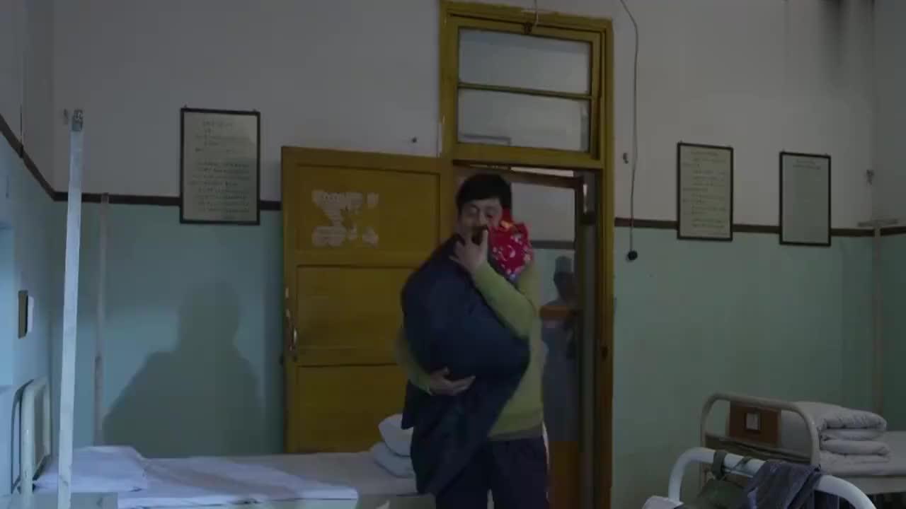 搭错车凤霞来医院看哑巴哑巴和她讲小孩哭闹累坏了他