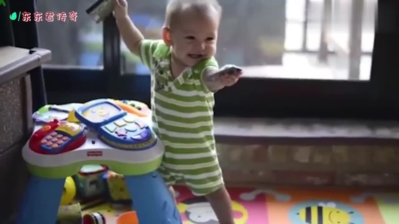 小宝宝看到爸爸突然回来,小脸露出幸福的感情,太可爱了