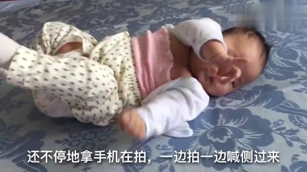 宝宝身着粉色肚兜,惊现乳沟,宝妈乐翻了天,宝宝:妈妈太邪恶了