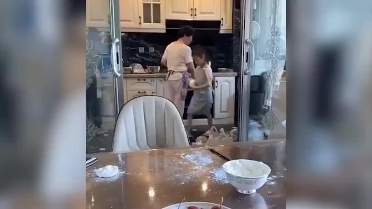 李小璐晒甜馨做饭视频,却被身后的人影抢镜,和贾乃亮真复合了?