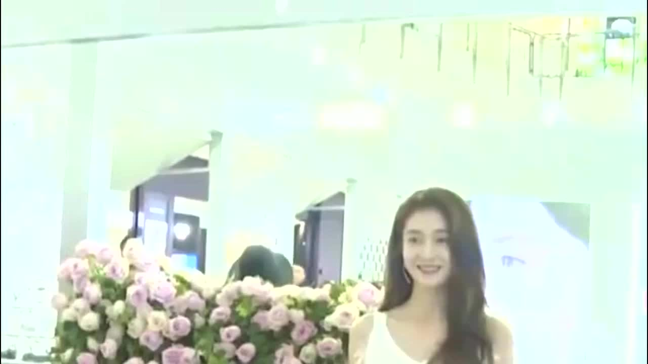 张雪迎登《尼龙》封面 发带少女演绎复古学院风