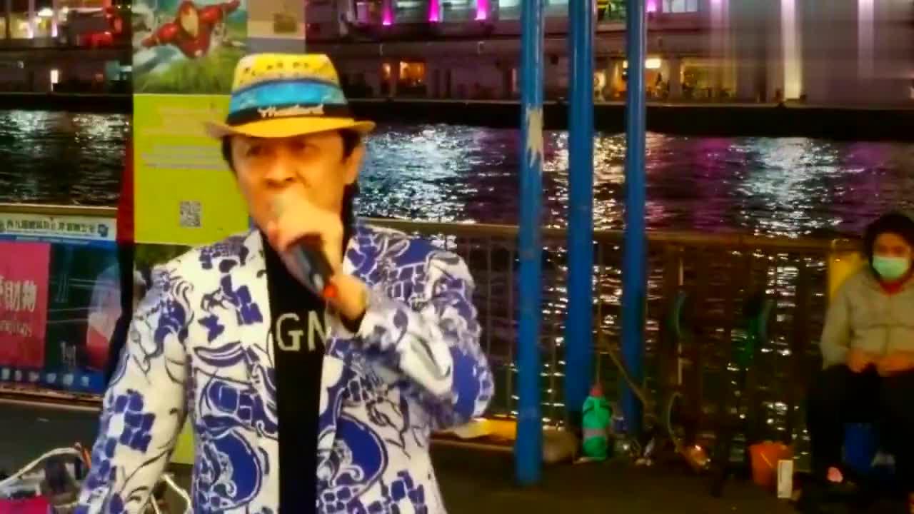 他是香港街头鼻祖,带领旺角罗文歌舞团名声在外,深受观众喜欢