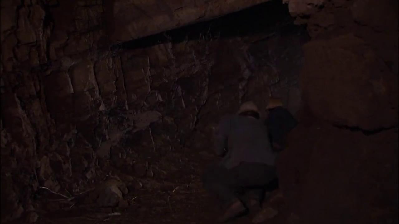 俩男子在矿洞里点干辣椒,结果被浇灭了,俩人又进去点了一回