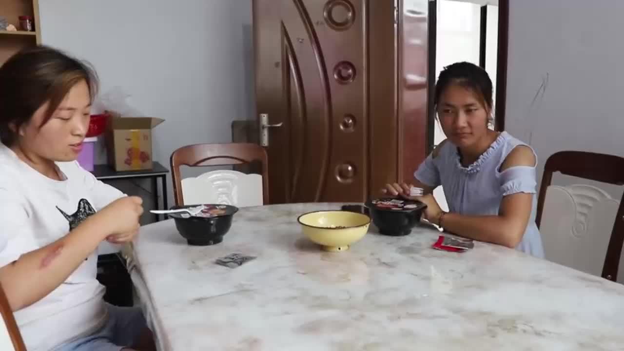 儿媳挑战超辣火鸡面,婆婆见了也要尝,一口面配五杯水吃着还说辣
