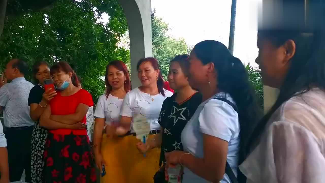 歌王陆连芳姐妹团和苗山哥,雨天凉亭把歌唱,唱山歌的最高境界