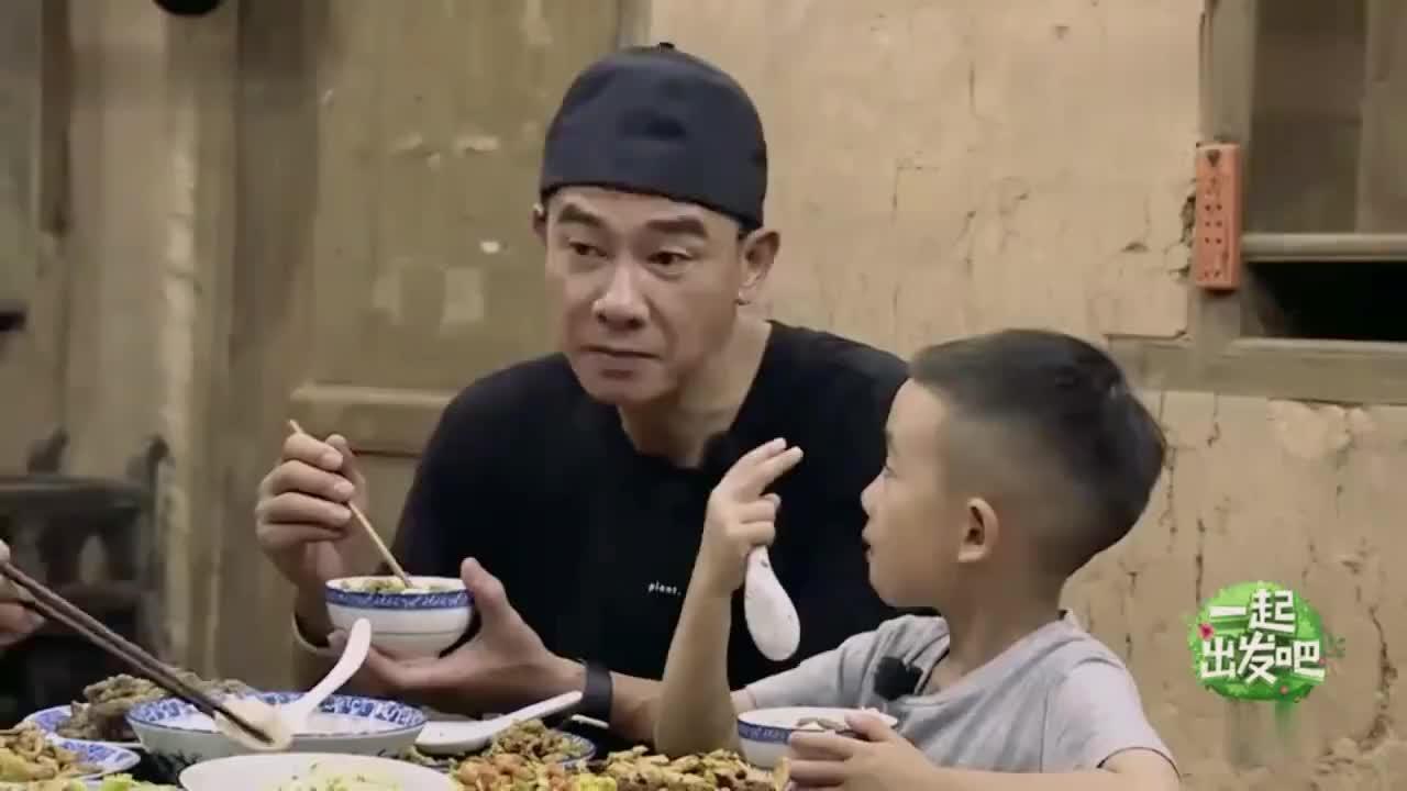 陈小春山村奶奶家庭情况,听到后眼泛泪光连忙道歉