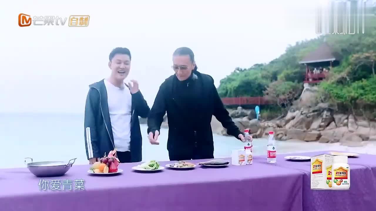谢贤准备做火锅,谁料一低头才发现拿错了材料,露出家族式大笑!