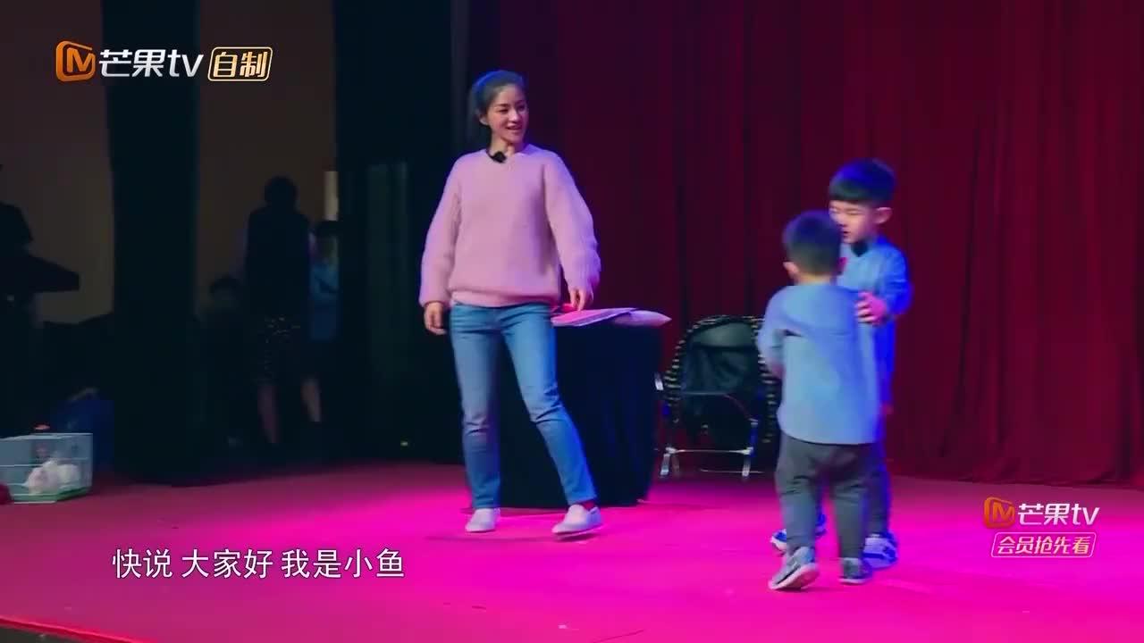 安吉正表演魔术,谁料小鱼儿突然叫妈妈,下一幕太惊喜了!
