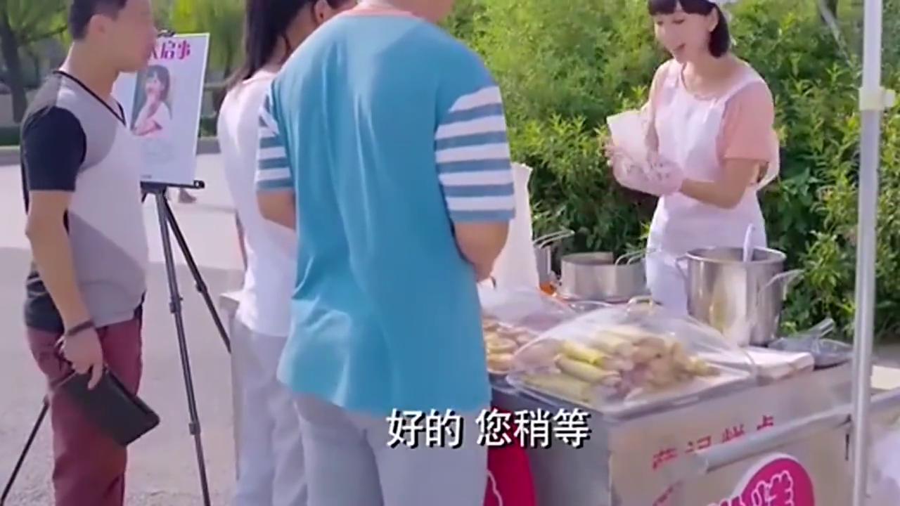 安宁在街边卖蛋烘糕,以前老板来捧她的场,买了她的蛋烘糕