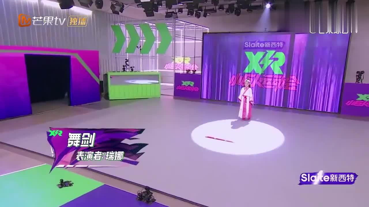 """""""小侠女""""瑞娜表演舞剑,许佳琪当场看傻眼,剑花舞得比我美!"""
