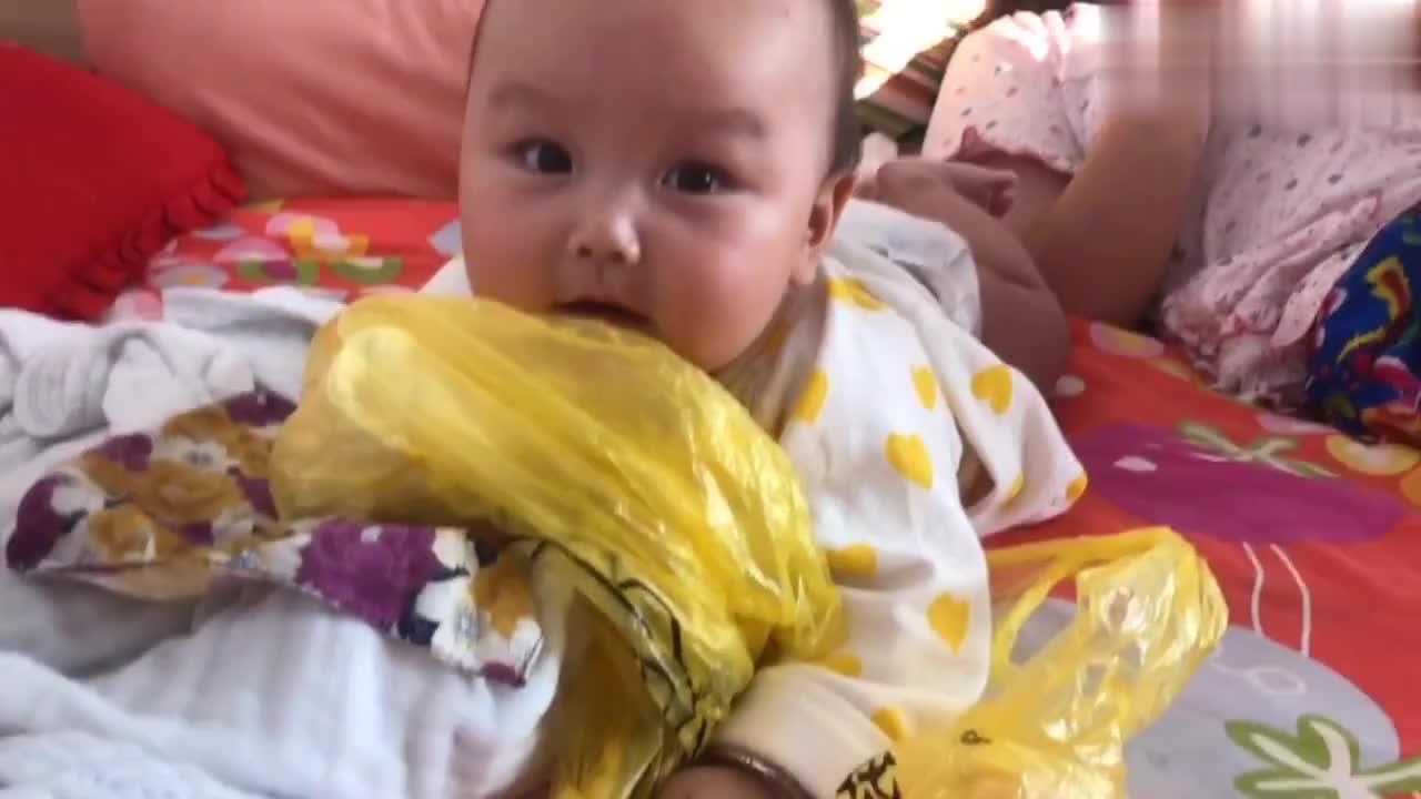 宝爸要亲五个月小宝,小宝贝害羞捂住了脸和嘴,竟然不嫌弃宝爸?