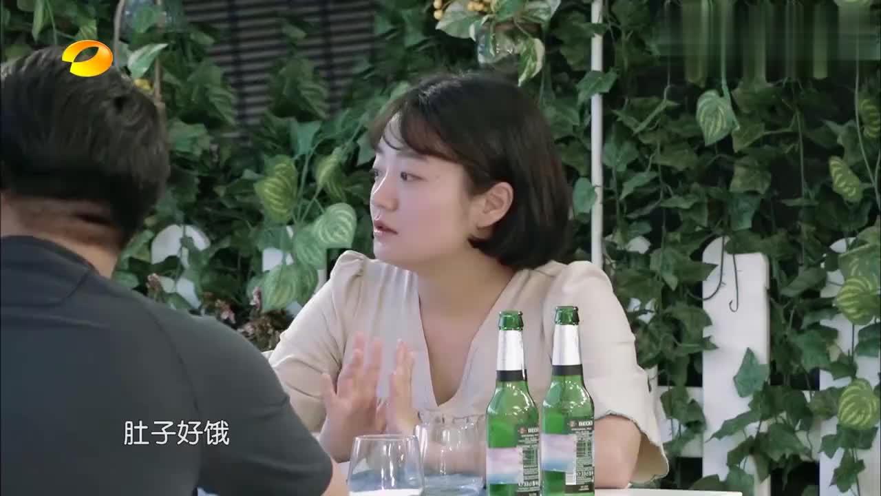中餐厅:变脸娃娃惊呆外国人,对其爱不释手,韩国小姐姐好可爱