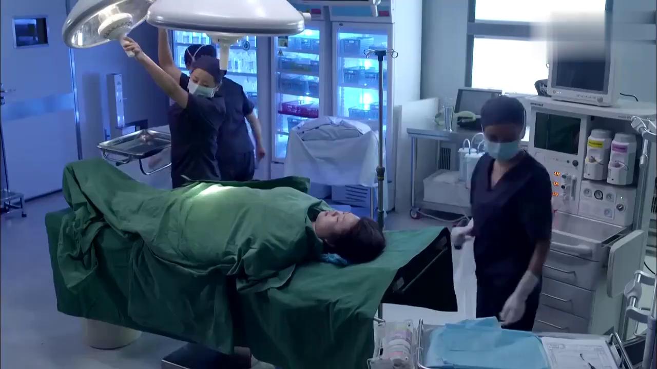 值班医生擅离岗位,重症产妇被紧急送往手术室,主任狠批值班医生