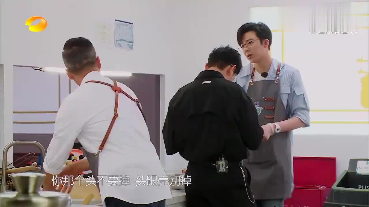 刘宇宁用手剥虾,谁料胳膊上的手表太惹眼,上网一查价格惊呆了!
