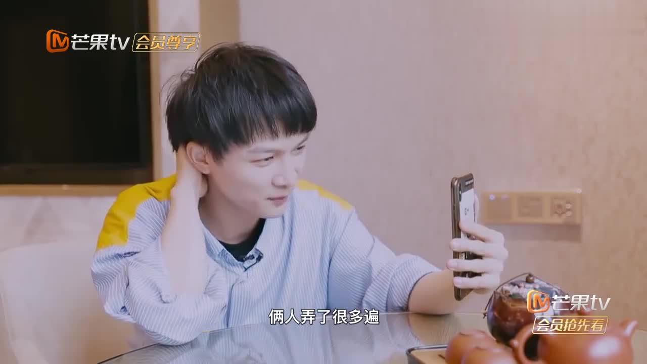 周深和高晓松视频,一脸严肃像一个小学生,认真的宝宝最帅气!