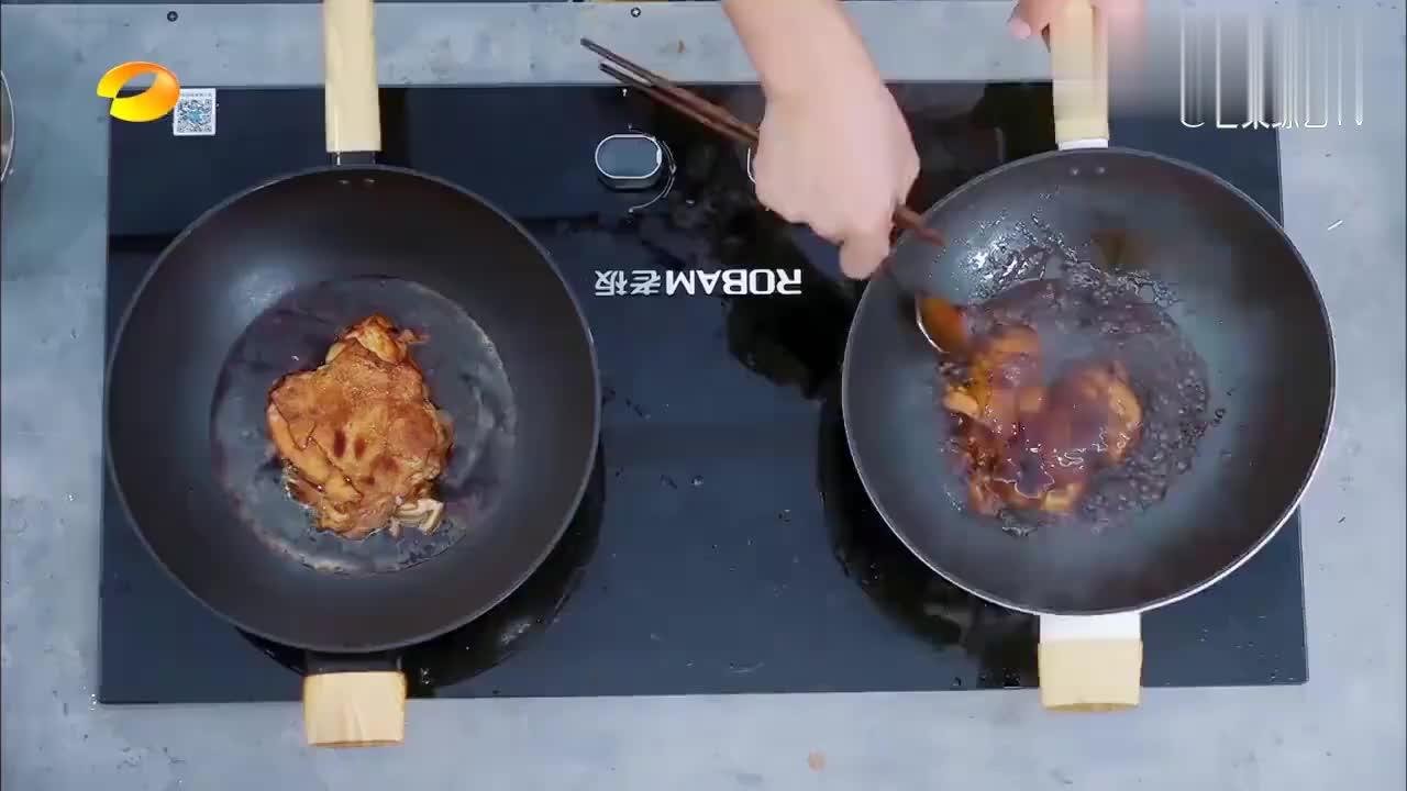 王俊凯偷吃照烧鸡腿,趁人不注意捻一块塞嘴里,哎妈呀真香!