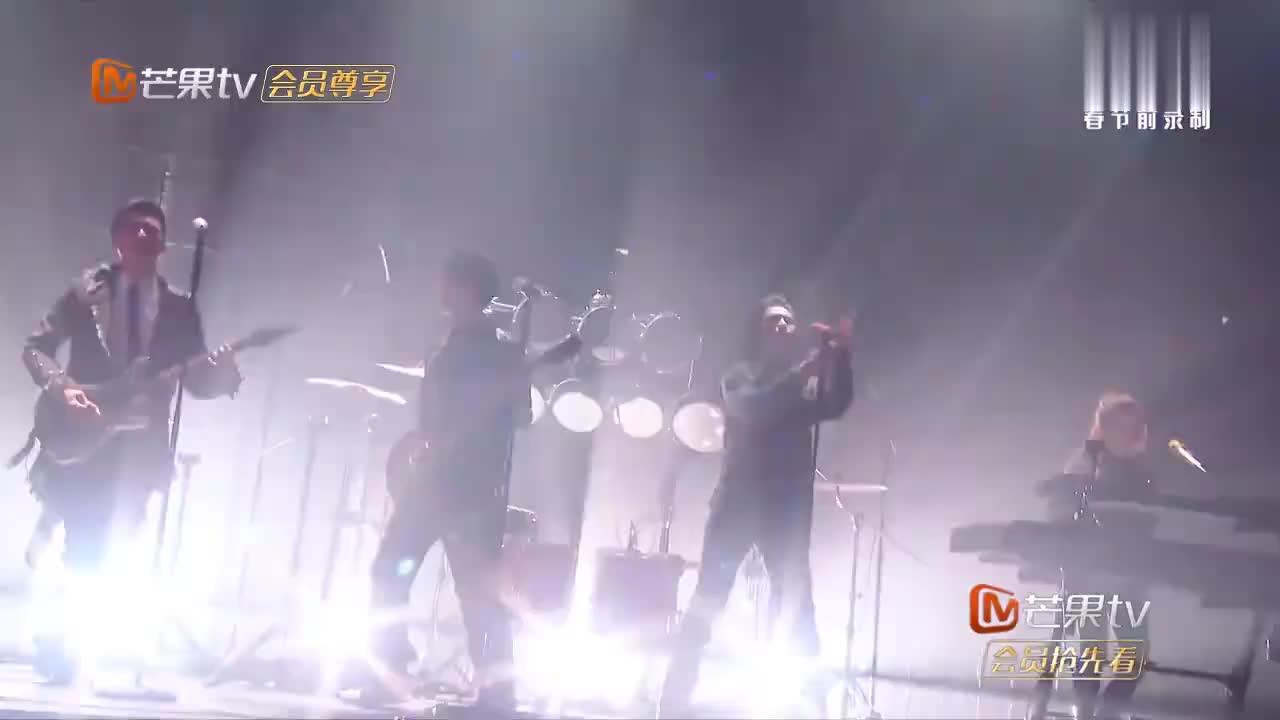 萧敬腾献唱《王妃》,炸掉整个演播室,王俊凯弹吉他弹到手发麻!