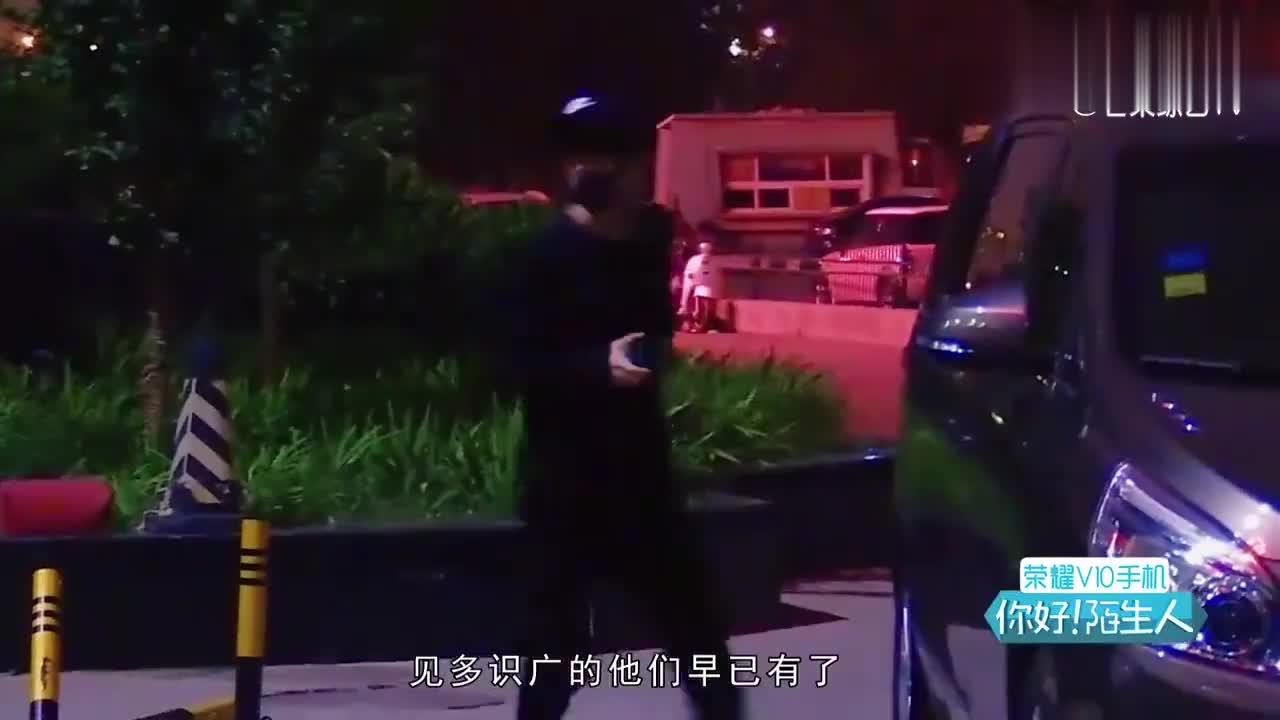 王俊凯王源拾金不昧,帮陌生人归还钱包,你奔跑的样子帅爆了!