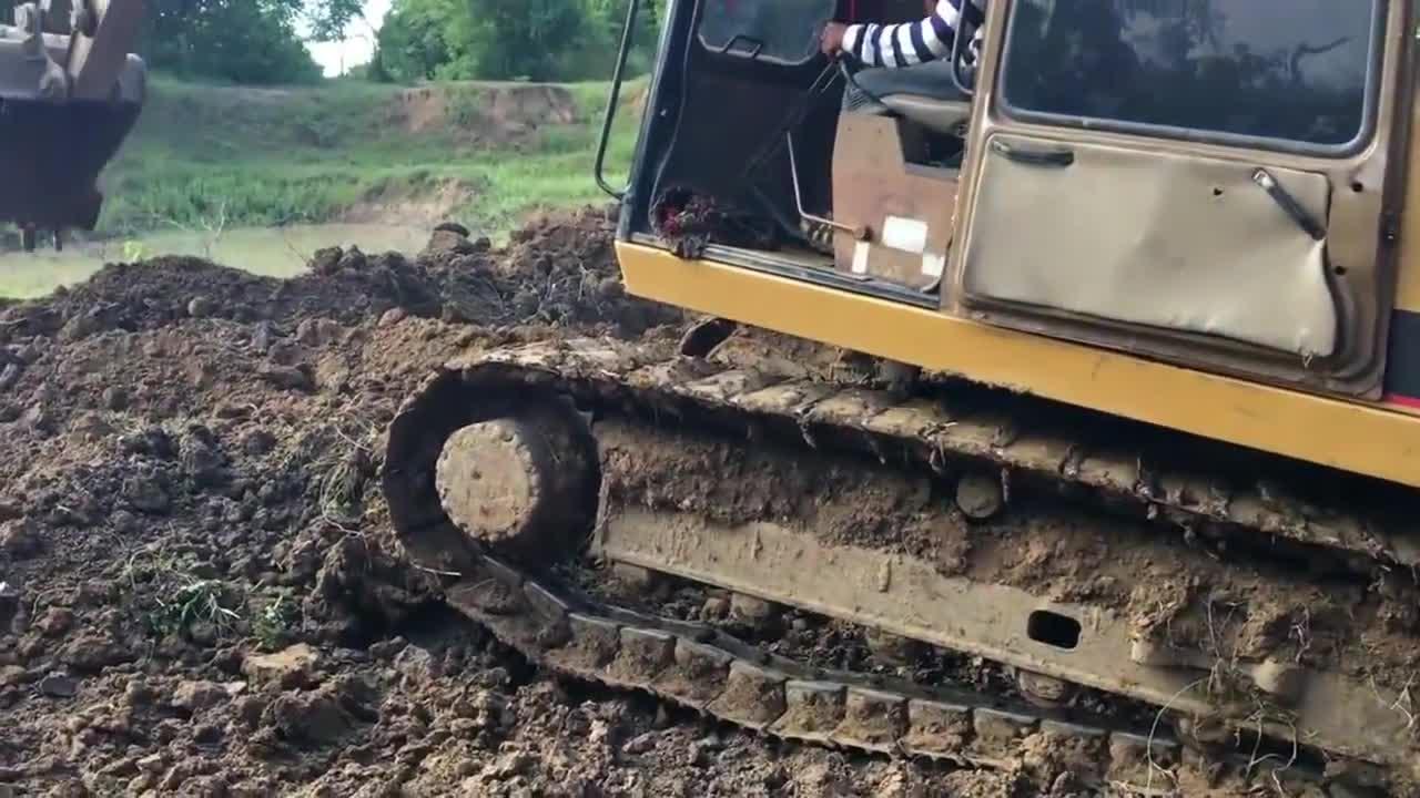 挖土机在挖地里的时候捉到一条大蛇