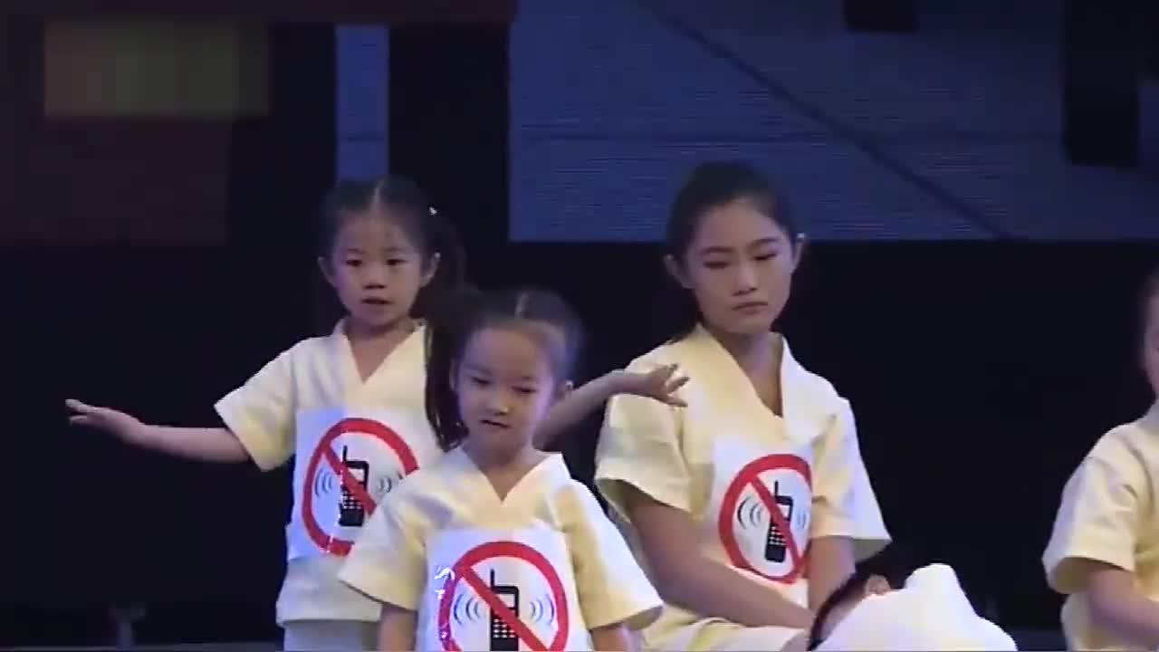 萌娃上演《手机一族》表明了当今的现实,不要让手机影响了孩子!