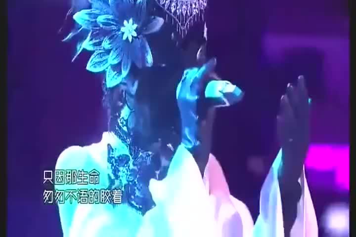张碧晨真奇葩,别人上《蒙面唱将》包很严,她却露这么长的腿唱歌