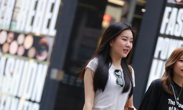 纯白色短袖,简单百搭,配牛仔短裤就很好看