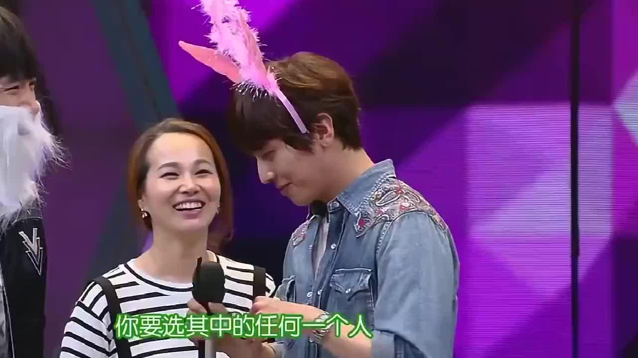 杨洋玩游戏被快乐家族玩坏,挑战戴假发和头箍,杨洋表情超可爱!