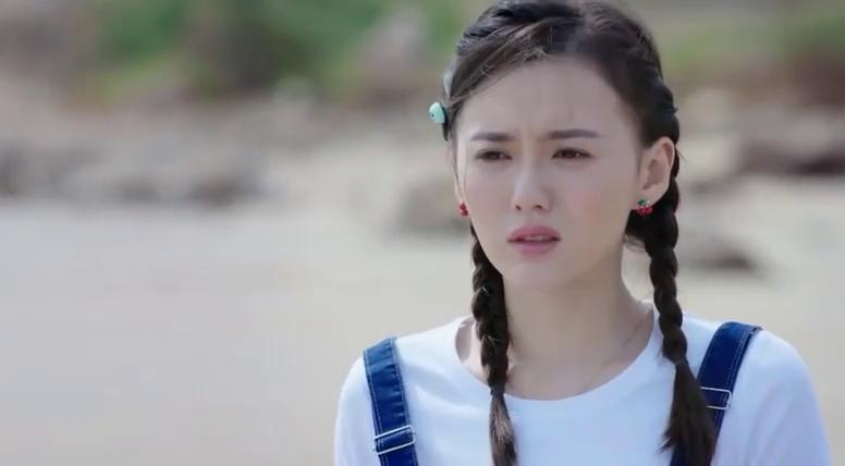 小栀被亲情所伤,一人站在海边,真担心她想不通