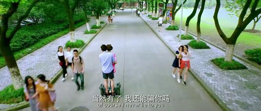 大鹏与女朋友坐平衡车,这大白天的秀恩爱,单身狗都看傻了