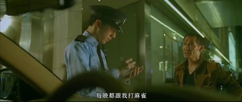 警察查违规车辆,大叔不服乱扔垃圾,不如一个孩子懂文明呢