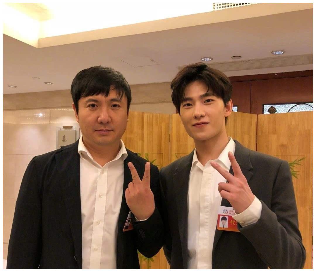 杨洋出演综艺,上班途中被偶遇,工作服帅出新高度