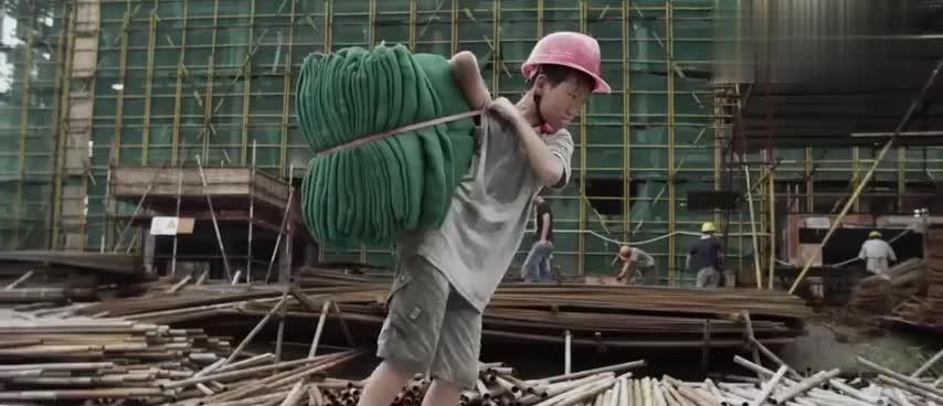 凌晨的天使:为减轻妈妈负担,小男孩去工地干活,累到晕倒!