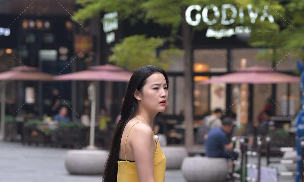 黄色真丝连衣裙,无袖设计更显清凉,高级又有质感