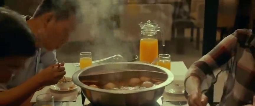 看张国立和张译吃火锅真香!感觉肉还没凉呢就入嘴