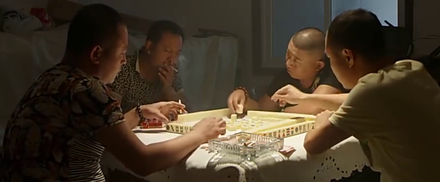 女孩子来给他们四个倒水,光头还想趁机吃人家豆腐?