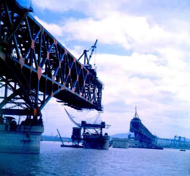 """南京长江大桥建设地点:被称为""""竞赛桥"""" 在通车前用118辆坦克进行了测试"""