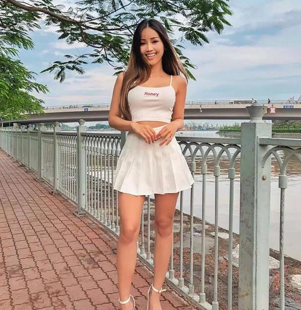 越南裔时尚博主 甜美可人爱短裙 笑起来真好看