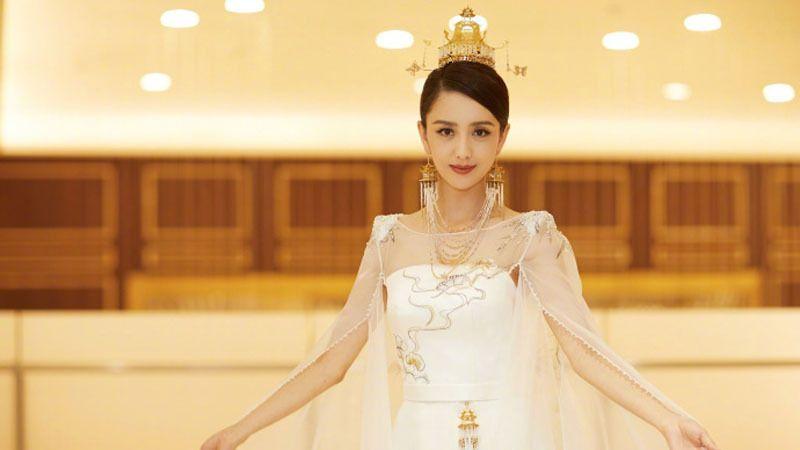 佟丽娅薄纱披肩长裙美照 雪肌若现尽显优雅