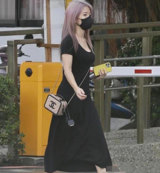 郭书瑶出席丧礼,黑色长裙踩小白鞋,155身高穿出165既视感