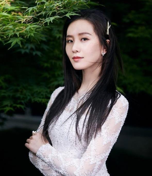 刘诗诗最新生图!一袭白裙头戴珍珠枝蔓发箍,33岁辣妈美成23岁了
