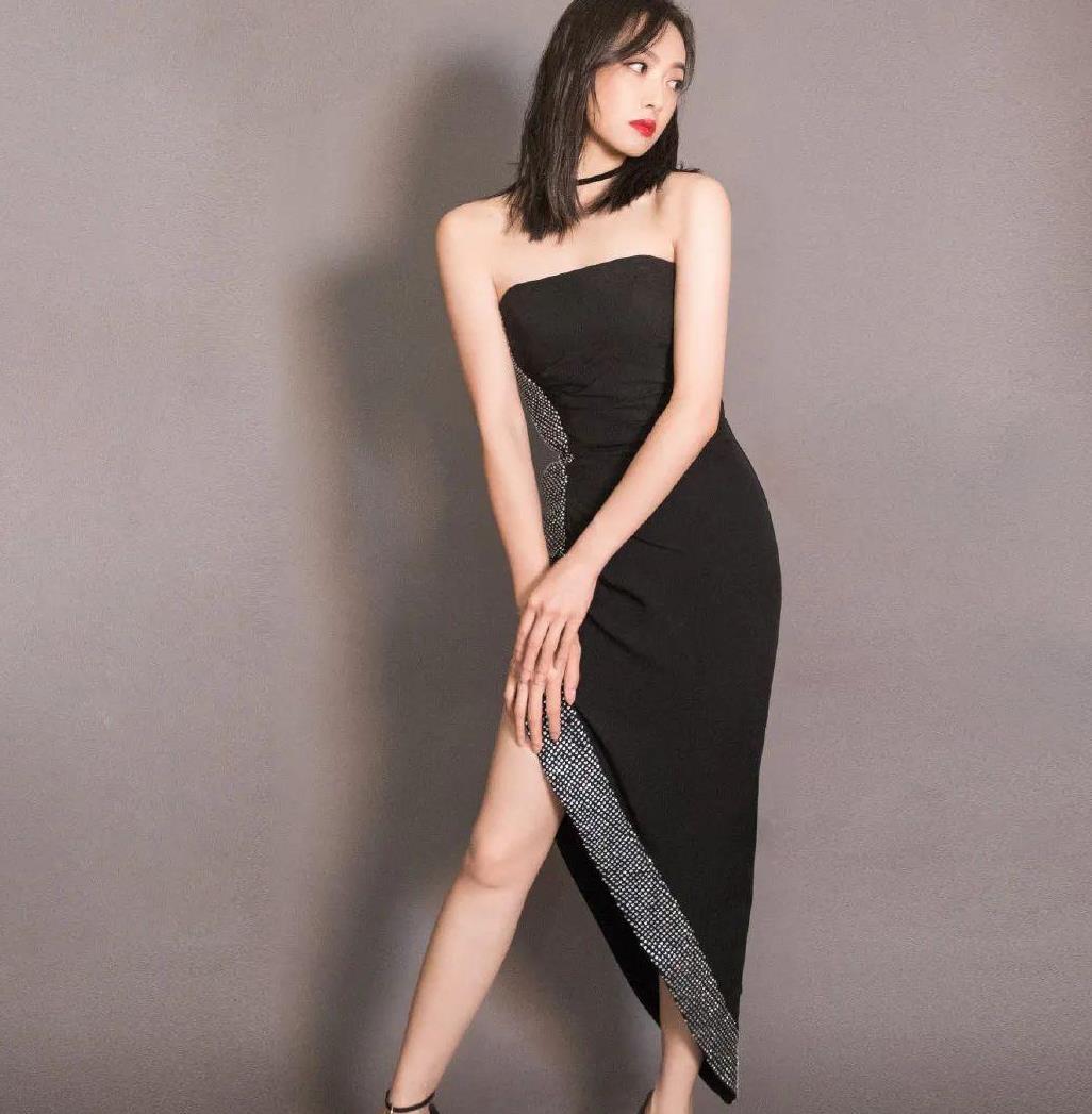 """宋茜这礼服太""""心机""""了!裙子侧边加一条钻石飘带,看起来瘦十斤"""
