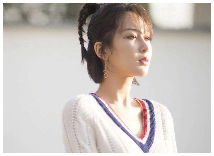 杨紫最新路透图,身材纤细酷帅十足,网友:地上的线怎么歪了?