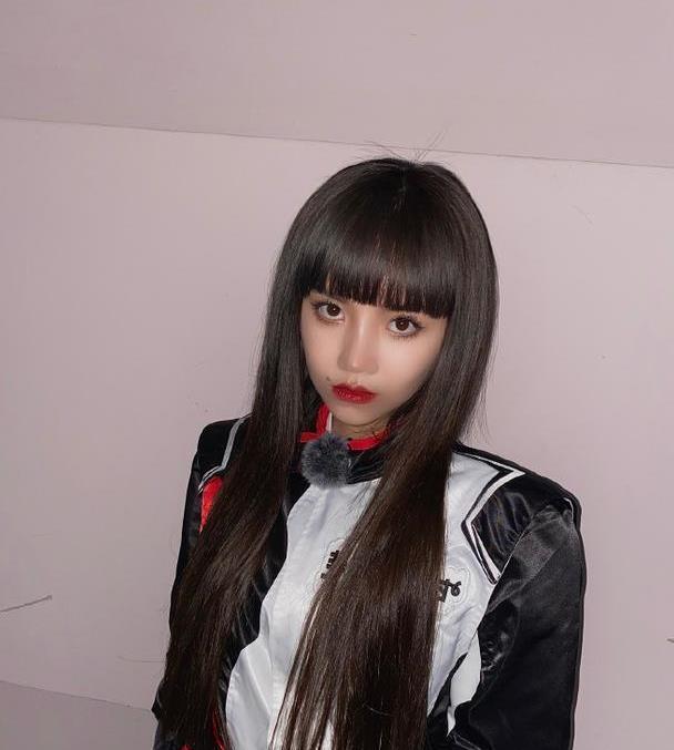 安崎赛车服造型帅气有型,搭配红唇妆容精致,气场范儿十足