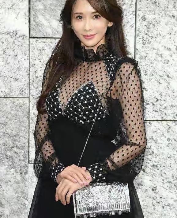 46岁林志玲逐渐日系化,穿黑色网纱裙秀傲人身段,更显甜美娇嫩