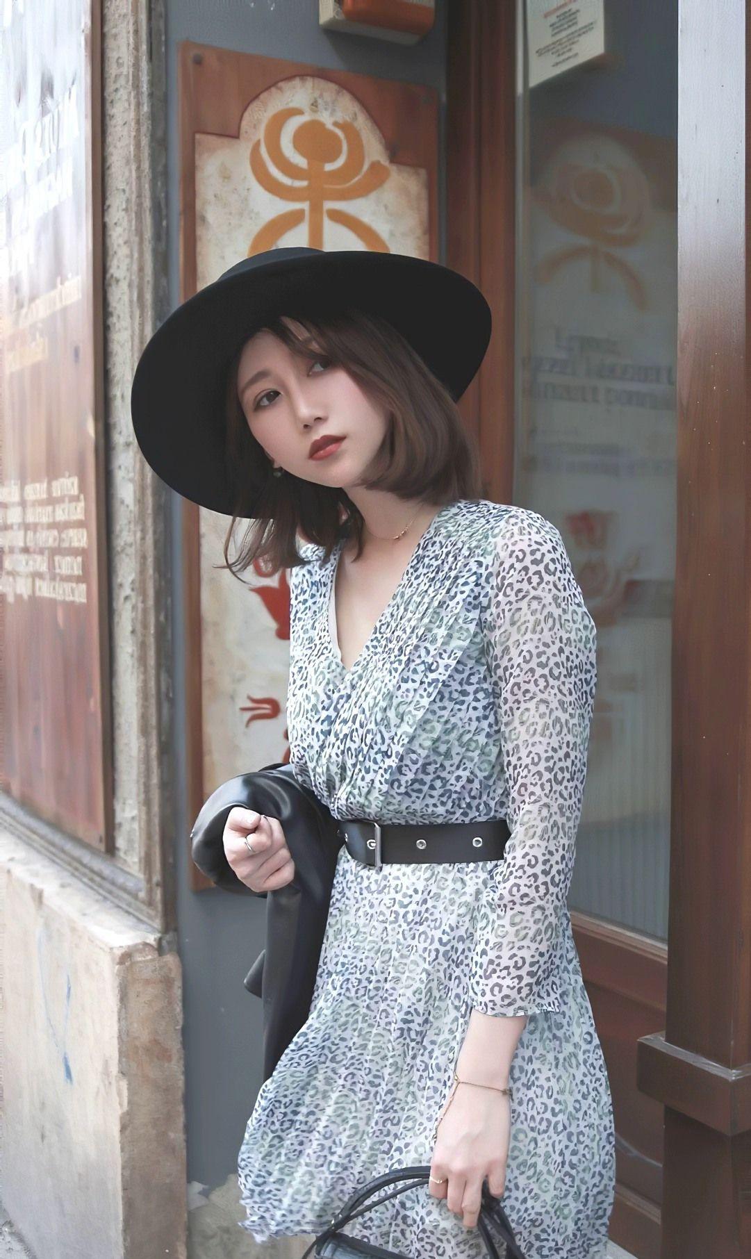 美女碎花连衣裙搭配皮质配饰,柔美中流露出野性,混搭时尚显气质