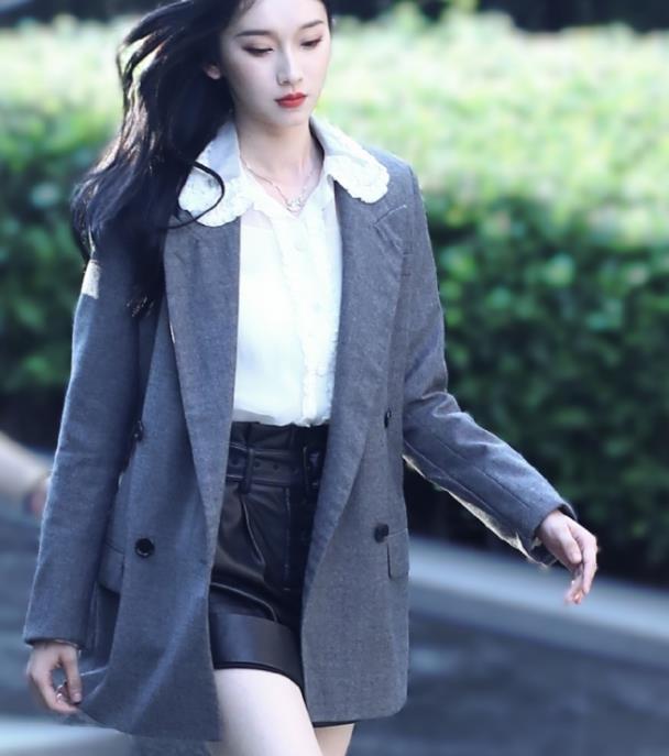 我就说天使吻过刘令姿身材,别人挤不进的墨汁裙,她穿出三道褶皱